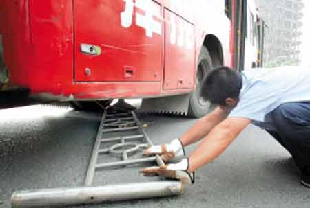 """路公交车司机撞上灯杆后声称""""没刹车"""".昨天下午,一辆866路高清图片"""