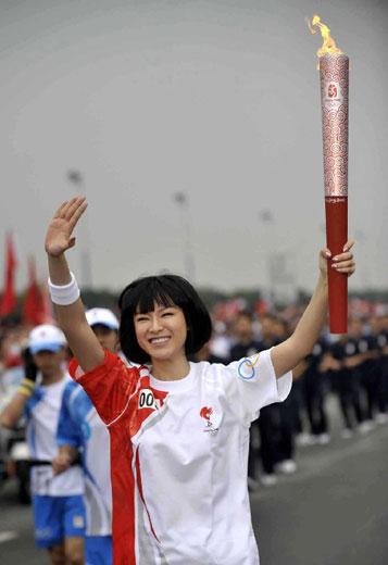 5月7日,奥运火炬手李艾手持火炬传递。当日,北京奥运圣火传递活动在广东省广州市举行。新华社记者刘大伟摄.