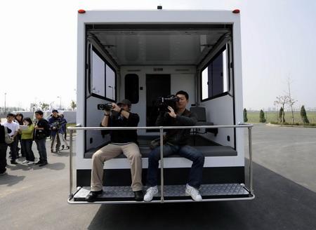 媒体记者在拍摄区体验现场拍摄