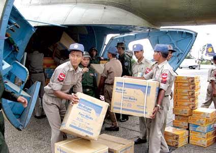 缅甸仰光国际机场,缅甸士兵卸载泰国运输机送来的救援物资