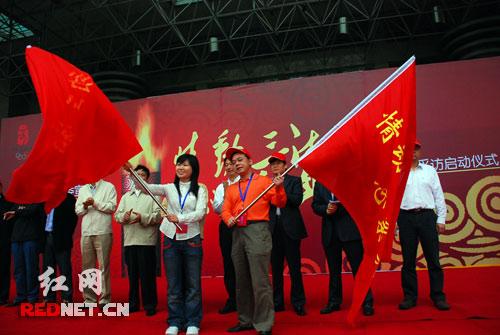 接过队旗,采访团启程。