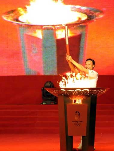 奥运火炬手董兆致在城市庆典上点燃圣火盆。当日,北京奥运圣火传递活动在广东省广州市举行。新华社记者刘力航摄