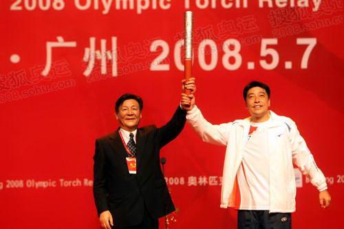 北京奥组委委员叶文虎向广州市副市长许瑞生赠送祥云火炬
