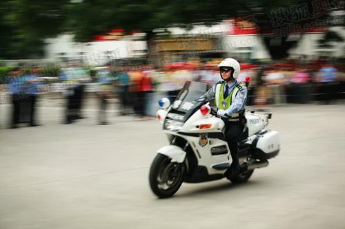 现场维护秩序的警察