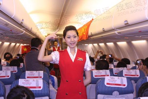 飞机上乘务员为奥运圣火传递运行团队献上他们的手语表演