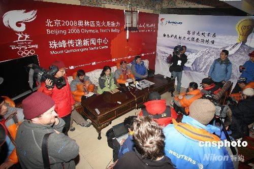 5月7日晚,北京奥组委新闻宣传部副部长邵世伟在珠峰大本营绒布新闻中心,公布了中国登山队登珠峰的19人名单,8日,这19人将分为突击组和支援组,实施登珠峰的使命。图为中外媒体齐聚新闻中心。 中新社发 盛佳鹏 摄