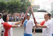 组图:奥运圣火在广州传递 第123棒火炬手李岚