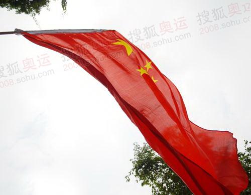 现场飘扬的旗帜