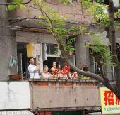 组图:奥运圣火在广州传递 现场热情似火的市民