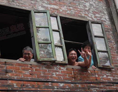 广州市民的热情似火,他们总是想尽一切办法,看到奥运火炬,为奥运火炬加油助威