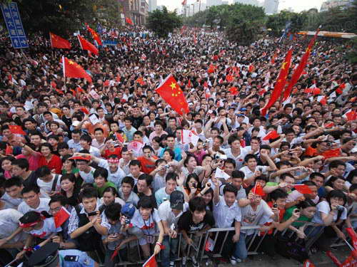 广州市民在传递沿途为火炬呐喊助威