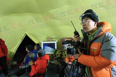 奥运官网搜狐报道队员已经在指挥帐蓬中就位