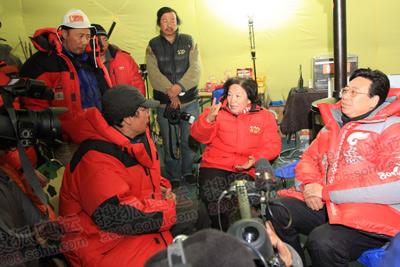 西藏自治区常务副主席吴英杰与体育总局党组书记胡家燕抵达指挥帐