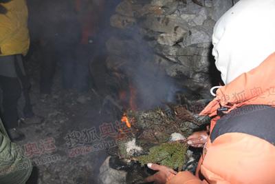 煨桑。就是燃烧桑树枝,为登山勇士们祈福
