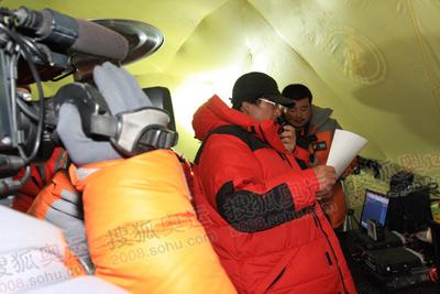 0:52分,总指挥李致新与8300营地的王勇峰队长第一次通话