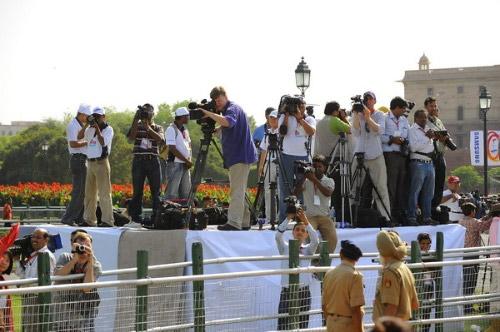 等待新闻的记者们
