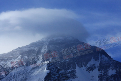 峰顶出现云团,能见度降低,影响火炬展示