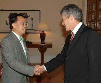 香港特区行政长官曾荫权(左)在礼宾府欢迎澳大利亚外交部长史密斯。(图片来源:大公报)