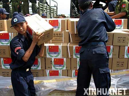 5月7日,在缅甸仰光国际机场,缅甸的工作人员在搬运中国的援助物资。