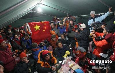 5月8日,中外媒体以及工作人员在珠峰大本营新闻中心内欢庆北京奥运圣火成功登顶珠峰。