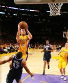 图文:[NBA]湖人vs爵士 法码尔强行上篮