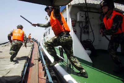 \海警跳上货船,与歹徒展开搏斗。早报记者赵昀图