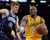 图文:[NBA]湖人vs爵士 科比内线进攻