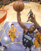 图文:[NBA]湖人vs爵士 米尔撒普摘板