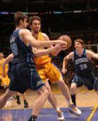 图文:[NBA]湖人胜爵士 加索尔攻入内线