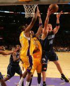 图文:[NBA]湖人胜爵士 哈普林上篮