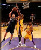 图文:[NBA]湖人胜爵士 基里连科上篮