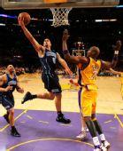 图文:[NBA]湖人胜爵士 德隆上篮