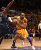 图文:[NBA]湖人胜爵士 科比强攻
