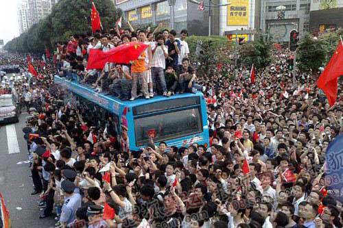 广州市民太热情了,导致公交停止运行,很多人都跑到车顶上 摄影/奥运官网记者 李志岩