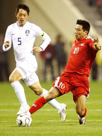 3月26日,朝鲜队球员洪荣朝(右)带球突破。当日,在上海举行的2010年世界杯足球赛预选赛中,朝鲜队与韩国以0比0握手言和。 新华社记者凡军摄