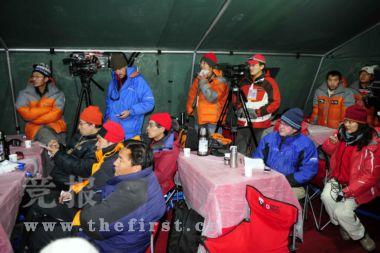 北京奥运圣火珠峰传递登山队从海拔8300米的突击营地出发,向着珠峰峰顶冲击。