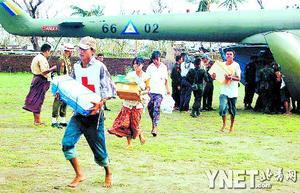 五月六日,红十字会工作人员在缅甸伊洛瓦底三角洲地区从一架直升机上搬运救援物资 新华/法