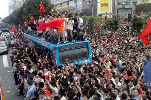 广州市民太热情了,导致公交车停止运行,很多人爬到了车顶上