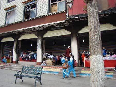 已经正常营业的拉萨街头服装店