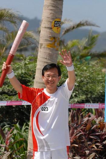 5月4日,奥运火炬手、一汽-大众总经理安铁成热情地向路两旁助威人群挥手致意