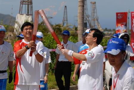 奥运火炬手、一汽-大众总经理安铁成与奥运火炬手、一汽-大众副总经理苏伟铭进行火炬交接