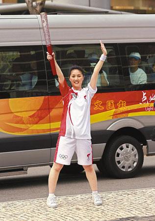 杨千嬅跑200米路程传送火炬,精神抖擞,笑容满脸。(图片来源:文汇报)