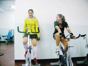 天津女排队员殷娜(左)和杨娅男在健身房里进行恢复性训练