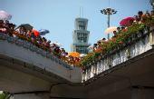 图文:奥运圣火在深圳传递 市民观看传递活动