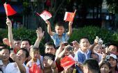 图文:奥运圣火在深圳传递 市民街头为传递加油