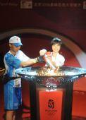 图文:奥运圣火在深圳传递 王绮红点燃圣火盆
