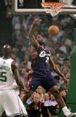 图文:[NBA]骑士VS凯尔特人 皇帝暴扣得手