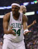 图文:[NBA]骑士VS凯尔特人 皮尔斯对判罚不满