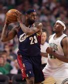 图文:[NBA]骑士VS凯尔特人 詹姆斯单挑波西