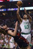 图文:[NBA]骑士VS凯尔特人 瓦雷乔摔倒